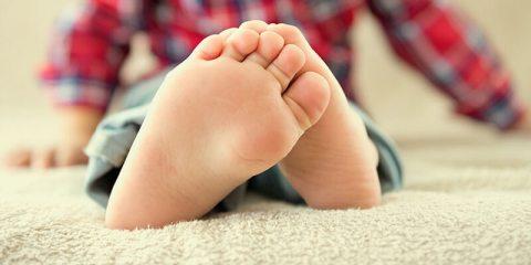 Mio figlio ha i piedi piatti? Ecco tutto quel che bisogna sapere