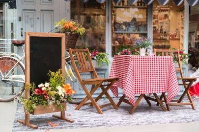 Caterina e i tavolini all'aperto