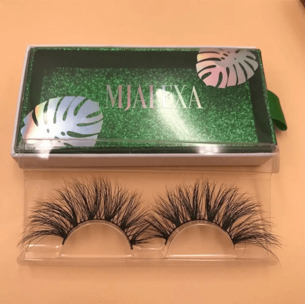 The customized eyelash box adopts hot stamping process, and the hot stamped part can reflect light under the light, which looks very high-end and luxurious.