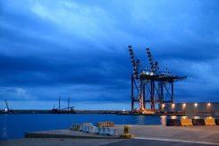 Wir sind früh in Savona am Fährhafen und genießen die Lichtstimmung.