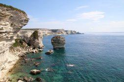 Unten funkelt türkisblaues Wasser, oben strahlen die weißen Felsen.