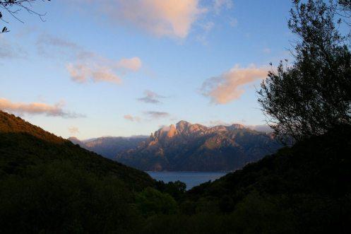 Von Osani aus hat man einen Logenplatz für den Sonnenuntergang über der Calanche.