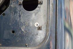 Lampenschutzgitter moniteren: Befestigung mit Nietmuttern