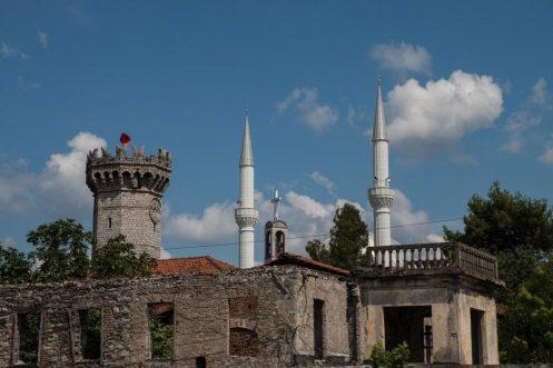Ruine und Moschee in Shkodra, Albanien