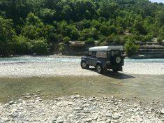 Flussdurchfahrt mit Defender am Osum Canyon, Albanien