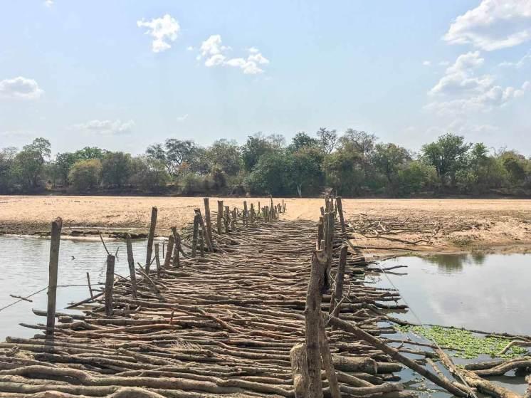 Auffahrt zur Fähre über den Luangwa-Fluss