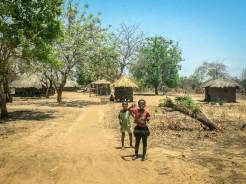 Winkende Kinder im Luangwa-Tal