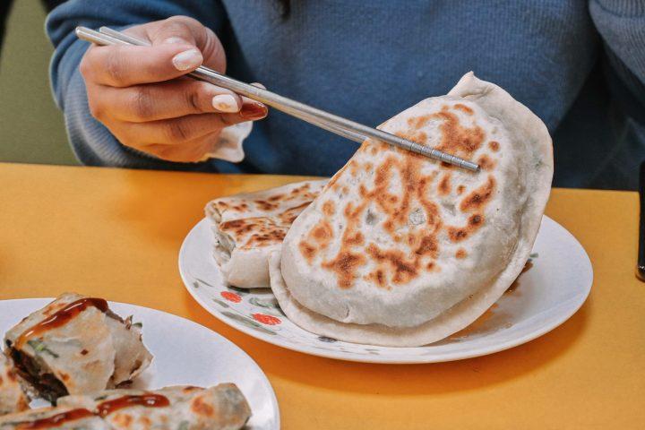 【台北世貿美食】周家豆腐捲、韭菜盒、牛肉捲餅,光復市場在地人推薦巷弄銅板美食 @女子的休假計劃