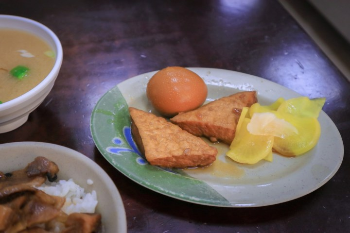 【高雄美食】阿霞燒肉飯:在地人推薦,醬香、炭香味十足的燒肉飯老店。 @女子的休假計劃