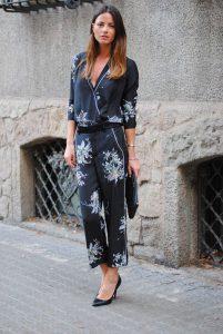 Come indossare il pigiama da giorno... Le milanesi lo portano cosi ... ec90bf6a609