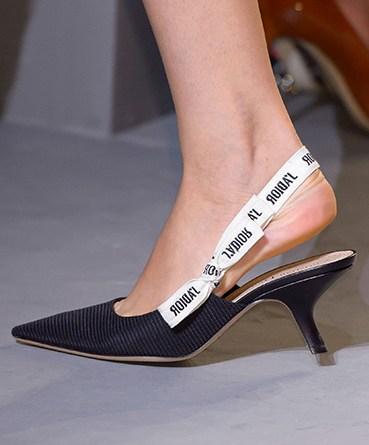 I MULES sono le scarpe che NON POTRANNO MANCARE nel tuo armadio per la prossima stagione !