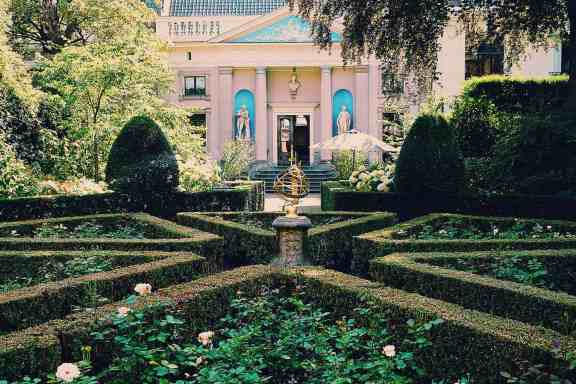 I just can't get enough of the charming garden at the Museum Van Loon.