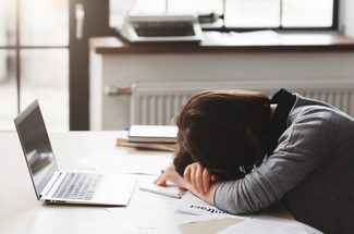 Femme dormant devant un ordinateur trop long