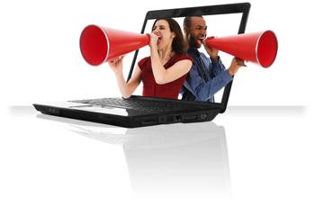 homme et femme criant dans un cone