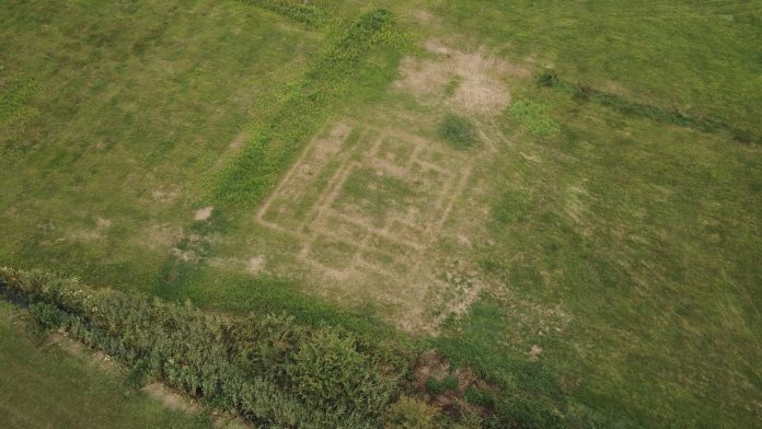 Another example of the features that drone archaeology can uncover. Again: (really) clear drawings in the grass that indicate the location of what used to be a building in Peebos (Doezum) the Netherlands. Also in this case, the colour of the lines suggest that the foundation is still present in the subsoil.