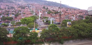 Metro cable Medellin by Staticshakedown - Own work, CC BY-SA 3.0, https://commons.wikimedia.org/w/index.php?curid=27323684