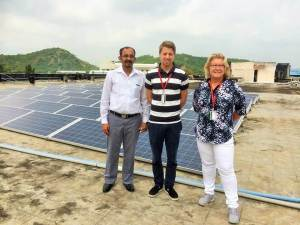 Blended outsourcingteam - Enfos konsulter tittar på solpanelerna