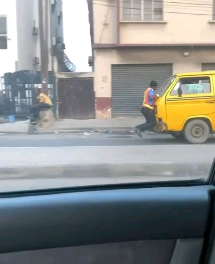 Watch as Policeman clings to the bonnet of a Danfo bus, driver speeds off in Lagos