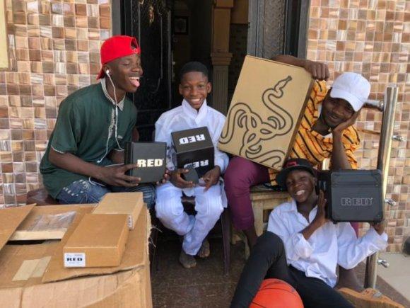 Ikorodu Bois receive gifts