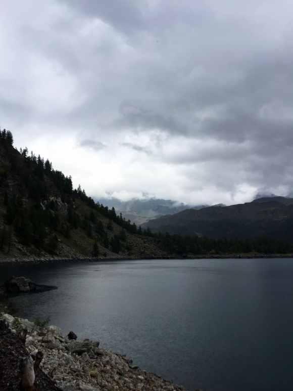vista sul lago di devero e le montagne che lo circondano