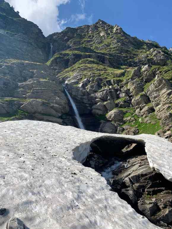 ghiaccia nei pressi di una cascata in alpe devero