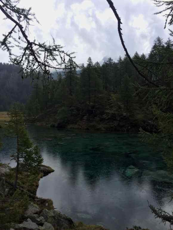vista sulle acqua trasparenti del lago delle streghe
