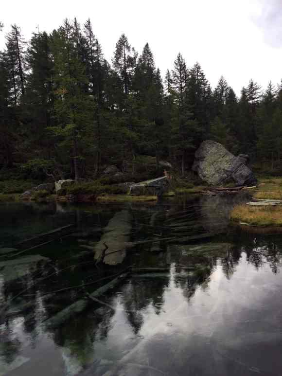 superficie trasparente del lago delle streghe