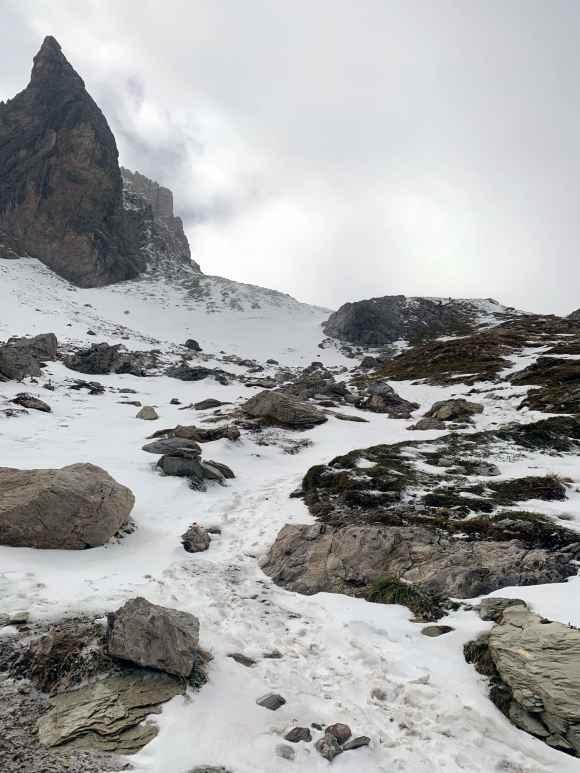montagne che circondano il sentiero per il lac des beraudes