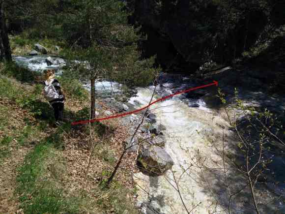 Indicazione su come attraversare l'orrido Rocciamelone per l'escursione nell'orrido di foresto