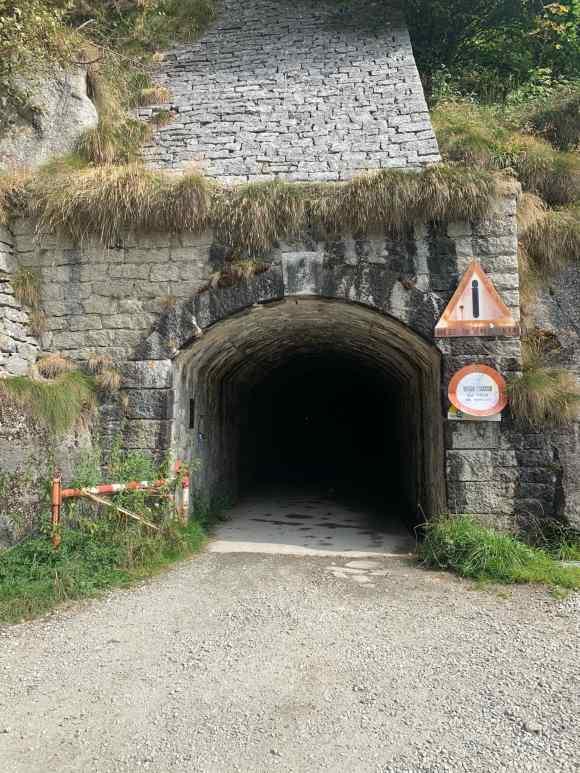 inizio del tunnel Enel che conduce al lago Agaro