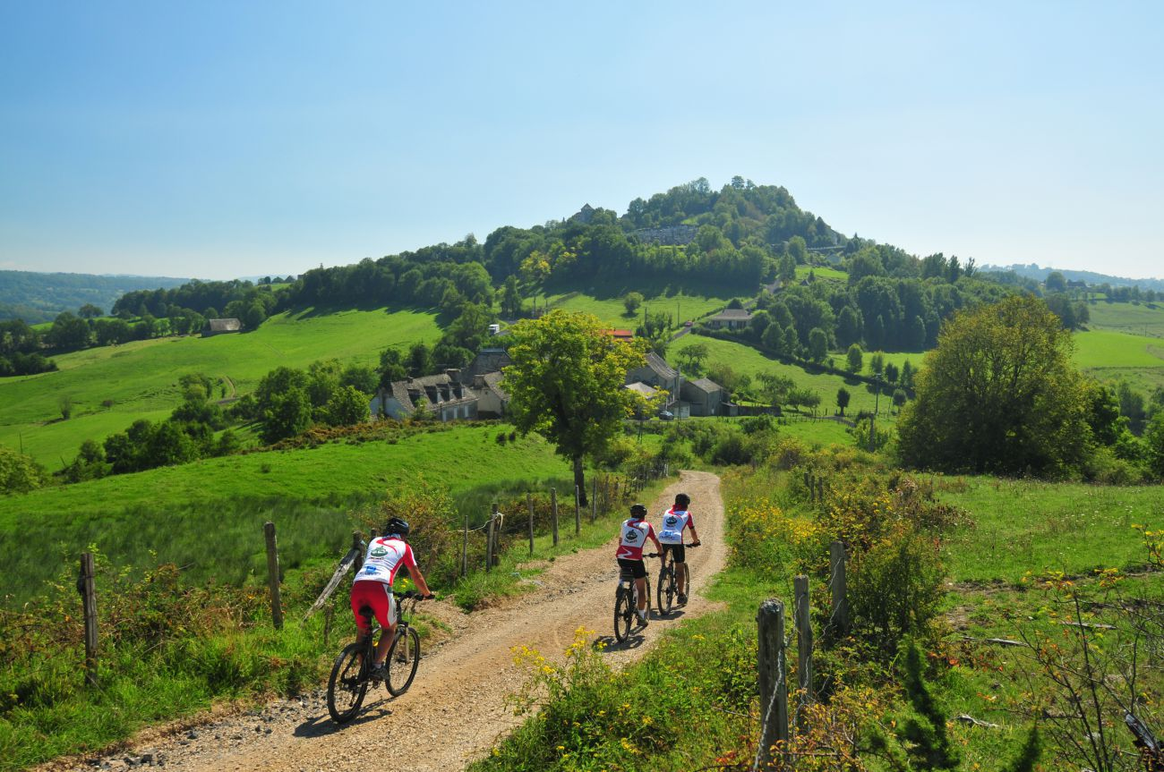 Cycling along le Chemin de Cluny GR465 towards Mur de Barrez 12600
