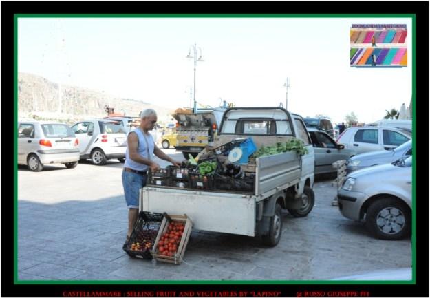 l'ambulante con il lapino per la compravendita di frutta e verdura,