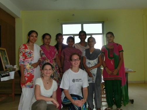 Give and Give-Mitarbeiterinnen zu Besuch bei den Schülerinnen