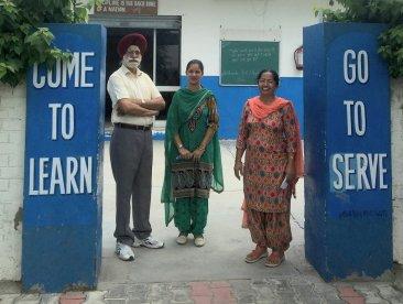 Der Schulrektor mit zwei Lehrerinnen.