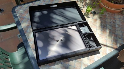 Abriendo la caja del Asus Zenbook Flip UX360UA.