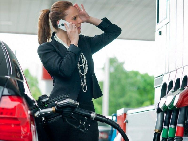¿De verdad es peligroso utilizar el móvil en una gasolinera?
