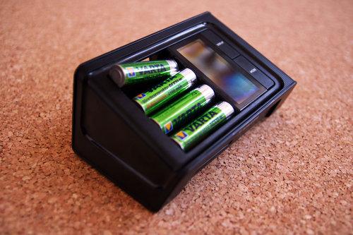 VARTA LCD Smart Charger / fot. gizManiaK.pl