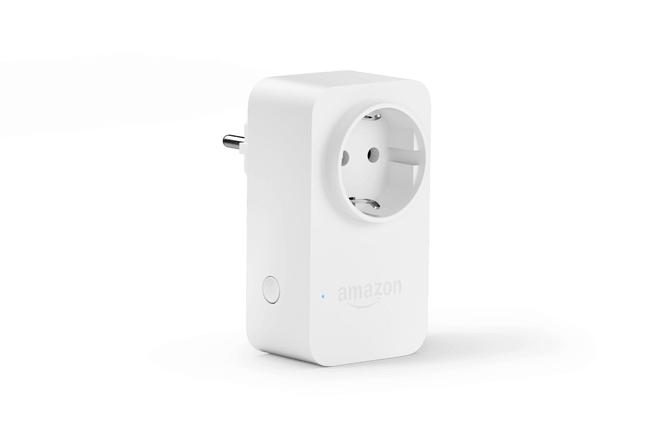 Amazon Smart Plug te permite controlar las luces, ventiladores, cafetera y mucho más usando solo la voz. El Amazon Smart Plug es el primer enchufe inteligente wifi que utiliza la configuración sencilla de wifi, lo que facilita el inicio y la ampliación de tu Hogar digital con dispositivos conectados.