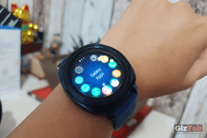 Samsung Gear Sport visto en mano