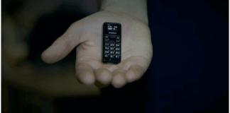 foto de mano que sostiene el móvil más pequeño del mundo Zanco Tiny T1