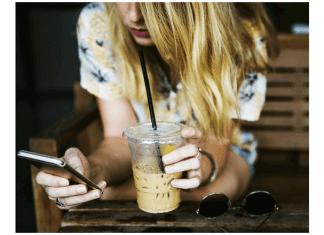 foto de mujer con un teléfono