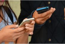 dos personas revisan cada una un móvil