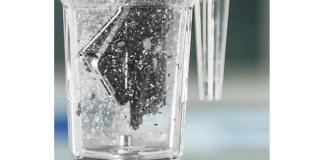 imagen de un vaso de licuadora con un móvil dentro