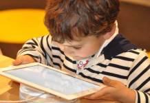 Niño interactua con una tablet