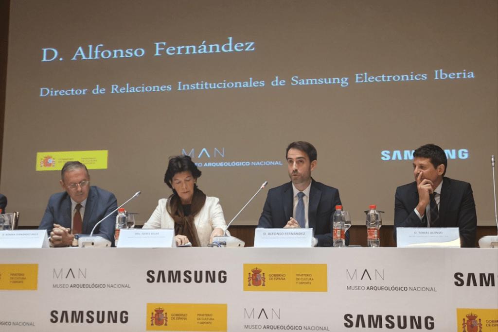 Alfonso Fernández Iglesias, Director de Relaciones Institucionales de Samsung Electronics Iberia, y la ministra de Educación Cultura y Deportes en funciones, Isabel Celaa