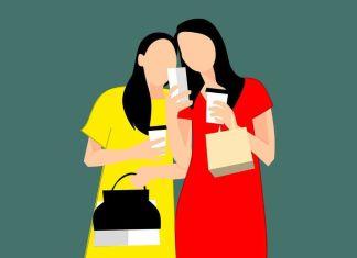 Ilustración de mujeres mirando el móvil mientras compran