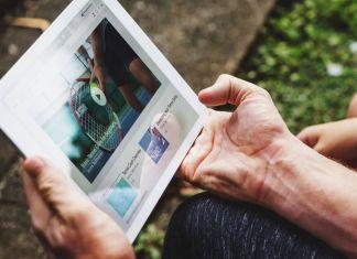 Persona mayor mira un vídeo desde un dispositivo
