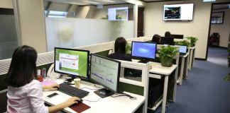 Vista de oficina con varios puestos de trabajo