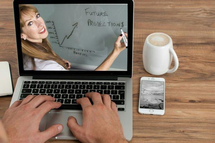 Hombre trabajando desde el ordenador