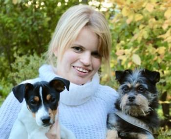 Rebecca Rudhe med sina hundar Ziggy och Zorro